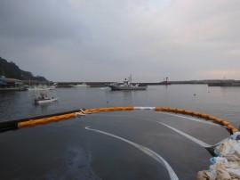 稲取港流出油防除作業